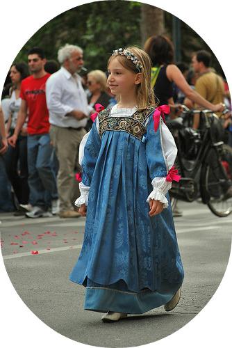 bimba con vestito azzurro