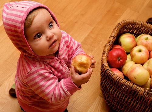 mela in mano ad una bimba