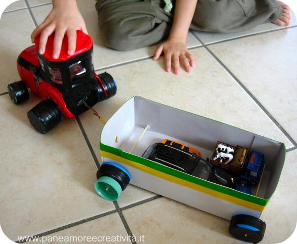 trattore e rimorchio con materiale riciclato