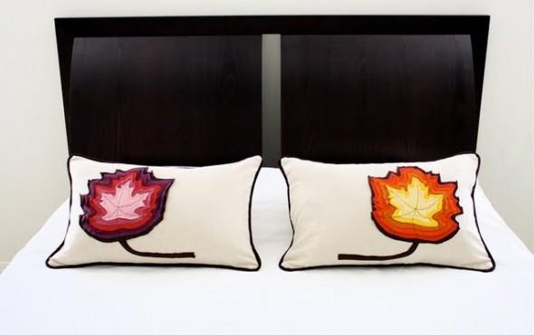 cuscini con foglie colorate