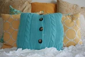 un cuscino fatto con un golfino