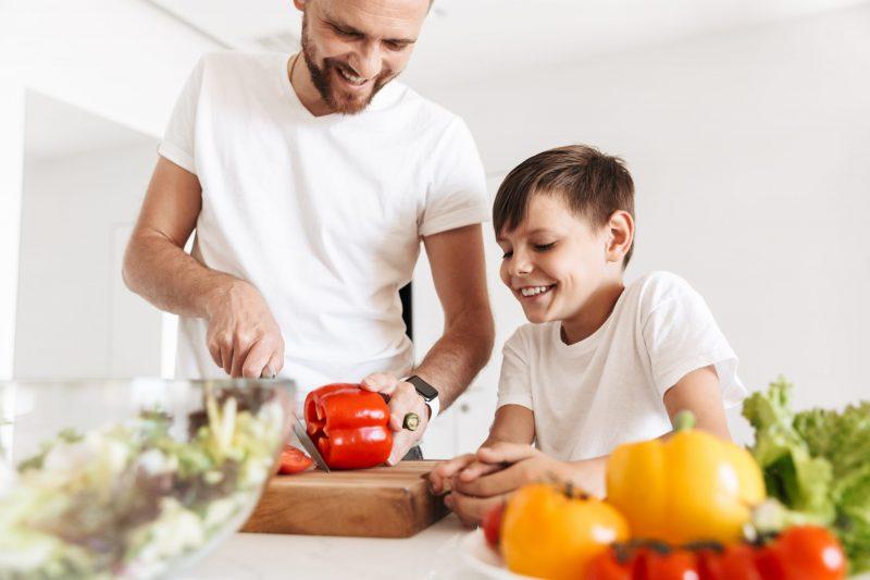 bambino che cucina per il papa