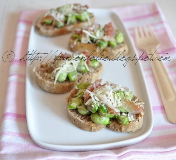 Crostini con baccelli (fave), pancetta e pecorino