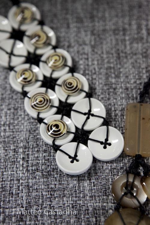 Aggregazioni di bottoni: i gioielli di Chiara Trentin