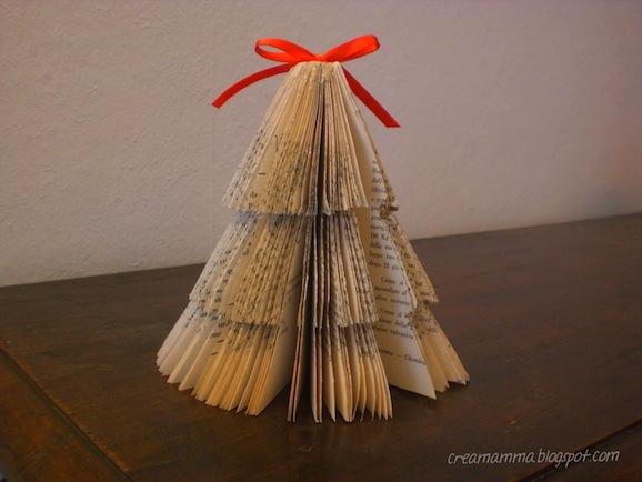 L 39 albero di natale creato con il libro riciclato pane for Alberi di natale di carta