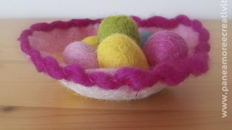 nido e ovetti creati con lana cardata e infeltrimento ad acqua