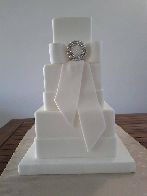 torta matrimonio con fiocco bianco