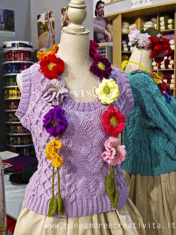 maglia-lilla-con-collana-fiori
