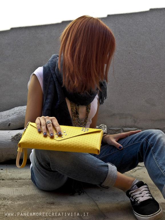 borsa pochette con modella