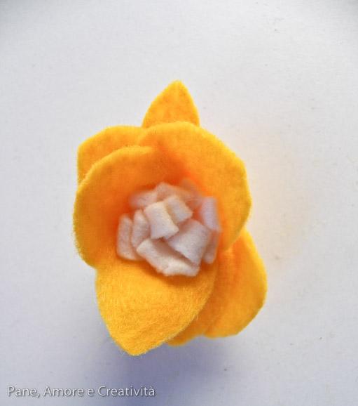 fiore giallo di feltro