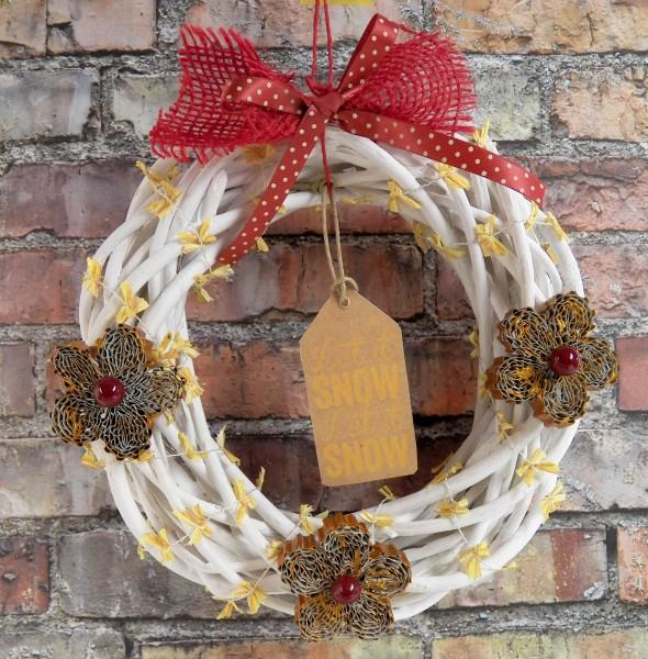 Come fare una ghirlanda di natale con il cartone riciclato - Corone natalizie da appendere alla porta ...