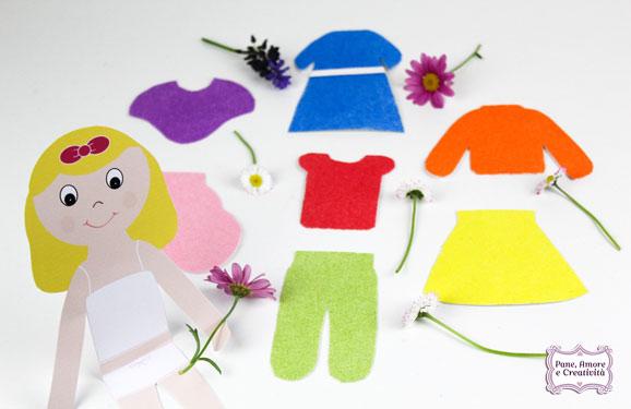 bambola-bea-seduta-con-vestiti-logo