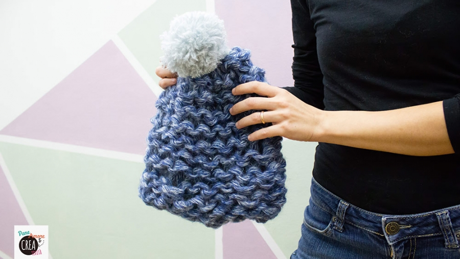cappello a maglia con le mani