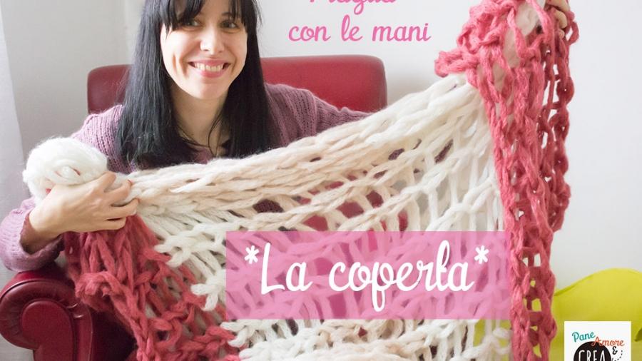 coperta a maglia con le mani