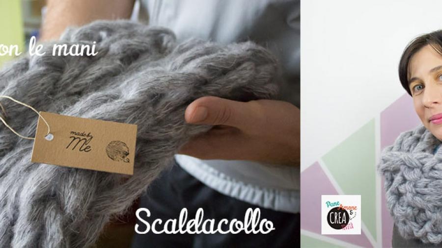 scaldacollo a maglia con le mani