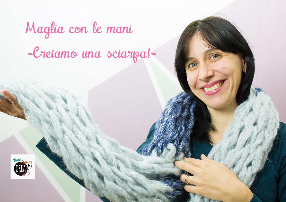 sciarpa a maglia con le mani