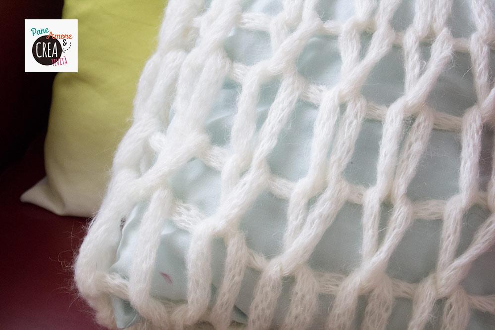 cuscino-a-maglia-con-le-mani-tutorial
