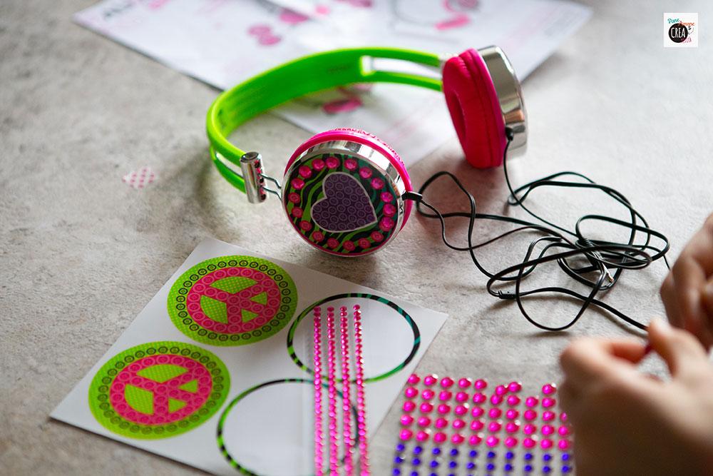 Il gioco Cuffie da decorare viene abbellito con stickers e gemme adesive