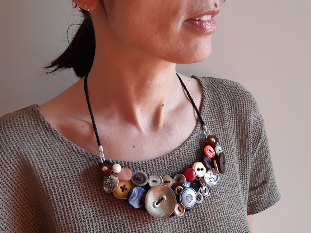 collana di bottoni cucita a mano e indossata
